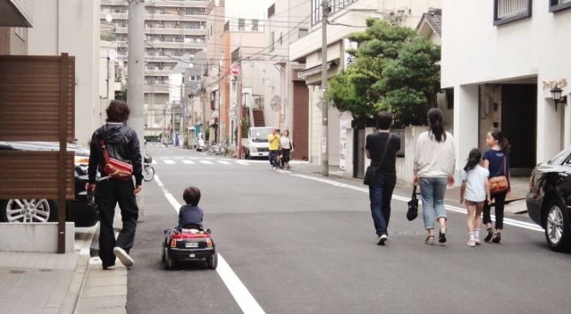 narrow-streets-tokyo-waling-in-middle